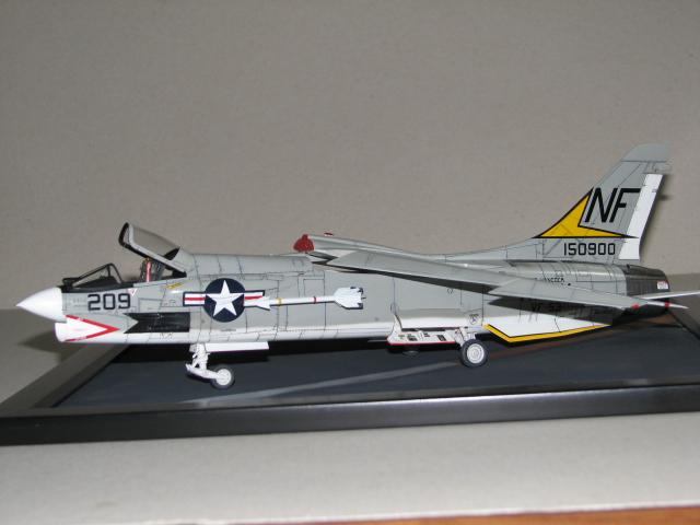 Hasegawa F-8E Crusader Img_2711