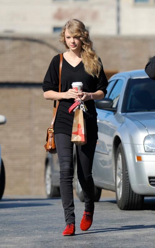 Dec 1, 2010 - Taylor Swift - Out in Nashville Forum_75