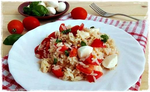 Insalata di riso con pomodorini e mozzarella Cattur82
