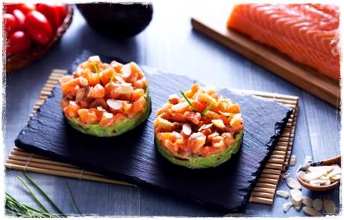 Tartare di salmone con crema di avocado e mandorle tostate Hd450x30