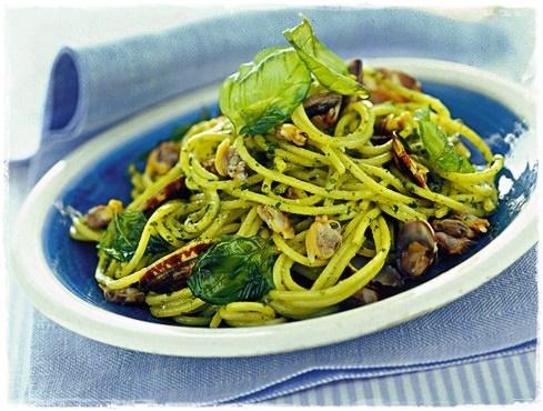 Spaghettini con vongole al pesto e basilico fritto Spaghe34