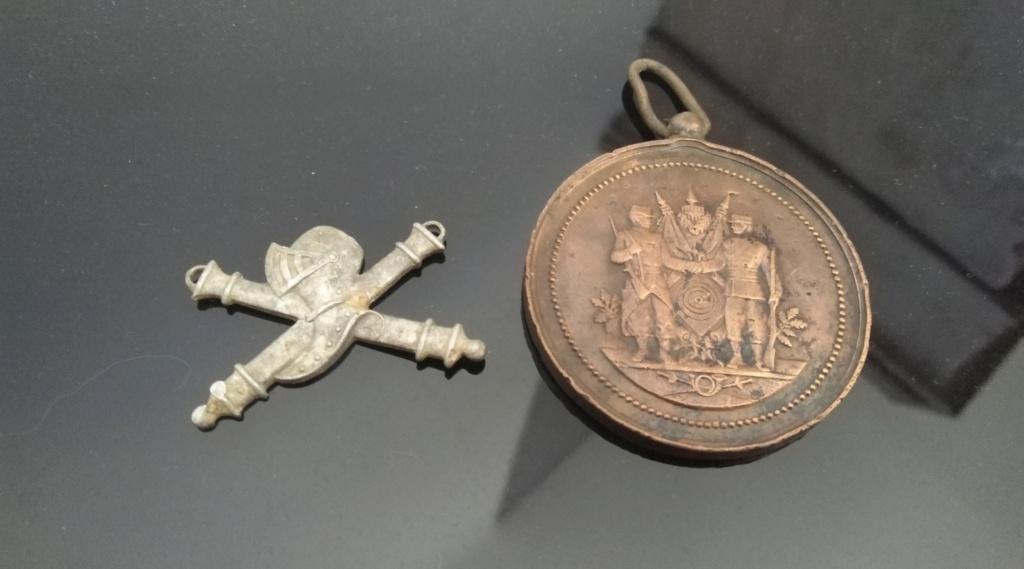 Insigne cavalerie et médaille Img_2174