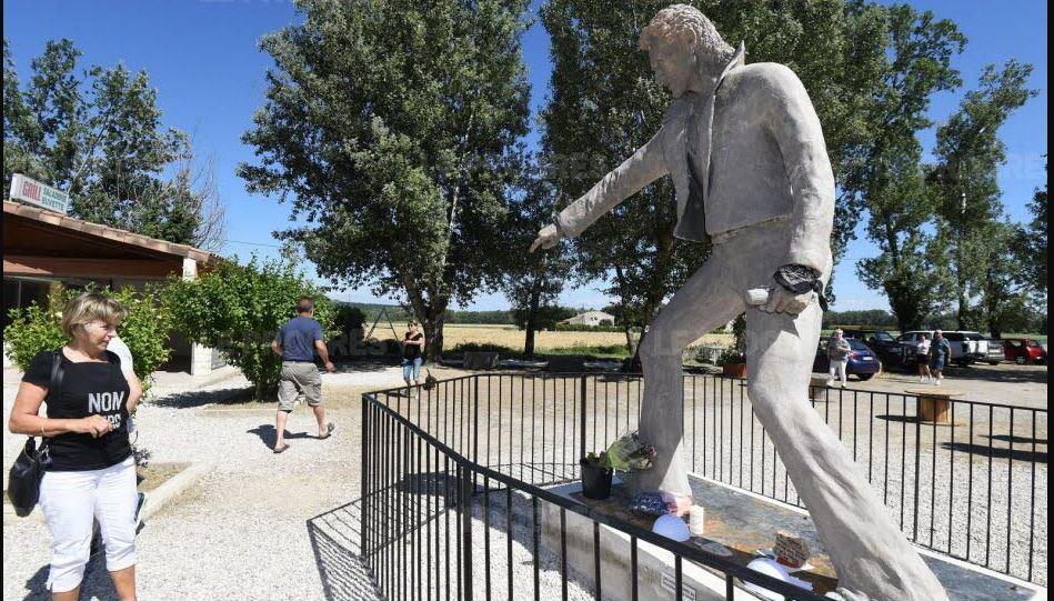 (Bientôt visible dans GE) Les statues de Johnny Halliday. Johnny10
