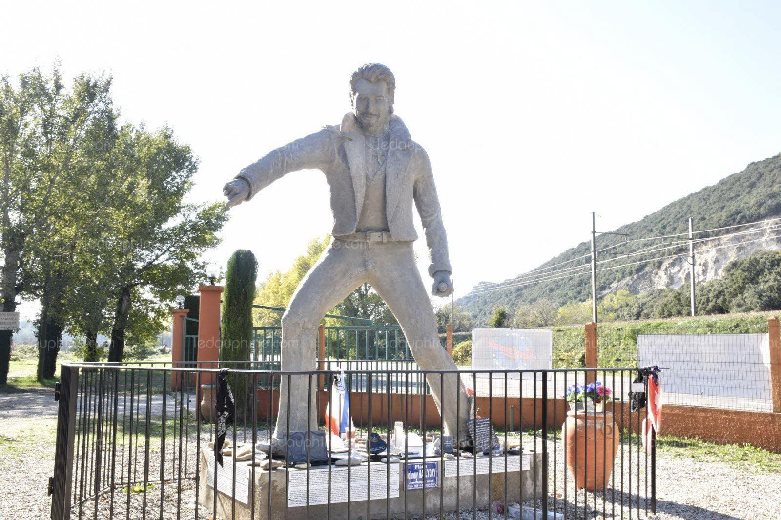 (Bientôt visible dans GE) Les statues de Johnny Halliday. Johnny13