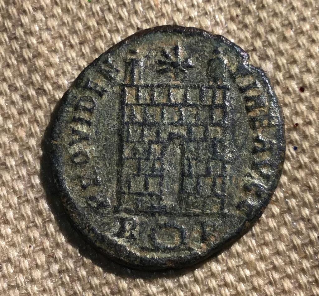 AE3 de Constantino I. PROVIDENTIAE AVGG. Puerta de campamento. Roma 22adf110