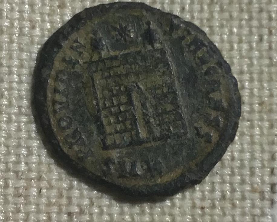 AE3 de Constantino II. PROVIDEN-TIAE CAESS. Puerta de campamento de dos torres. Cyzicus. 3ed07c10