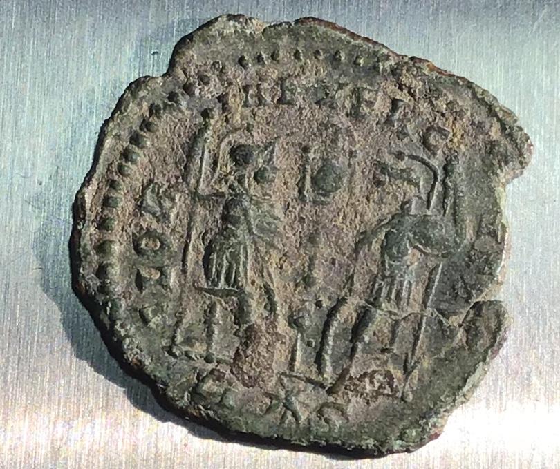 AE4 de Constantino II. GLOR-IA EXERC-ITVS. Un estandarte entre dos soldados. Roma. 41c70510