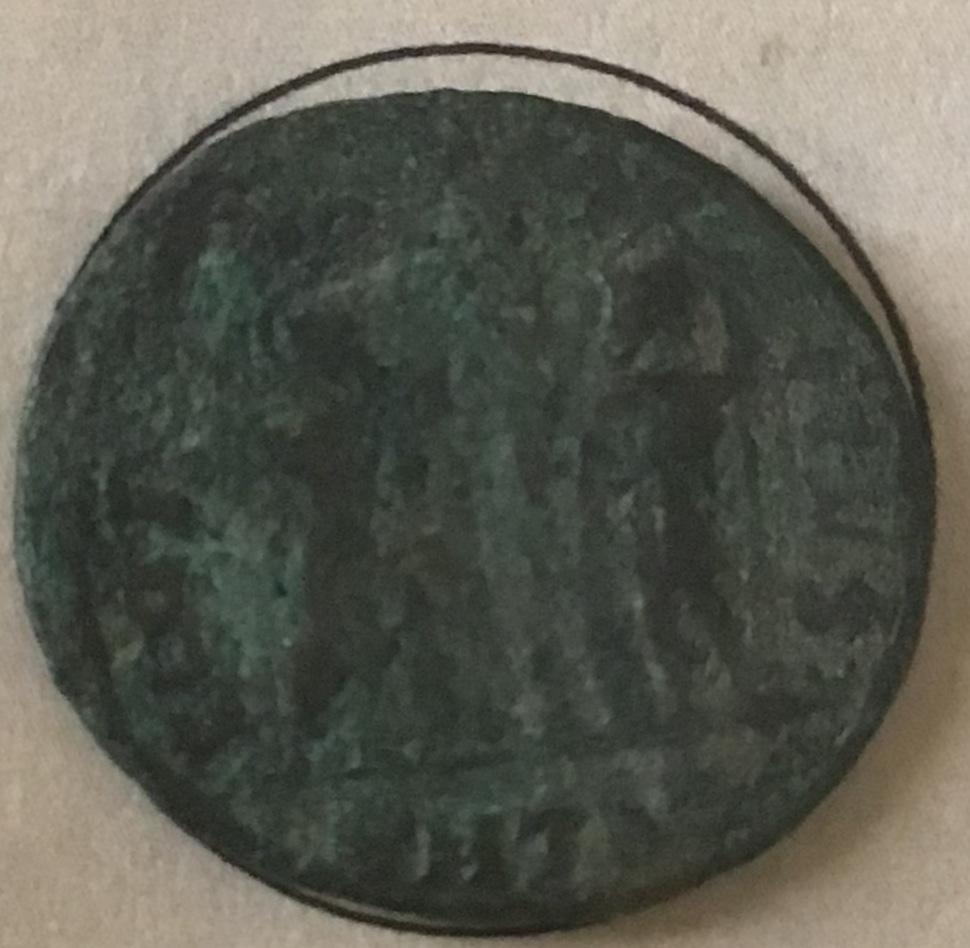 AE3 de Constantino II. GLOR-IA EXERC-ITVS. Dos estandartes entre dos soldados.  4d7d0810