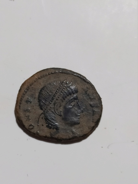 AE4 de Constante I. GLOR-IA EXERC-ITVS. Un estandarte entre dos soldados. Antioch. 8586ka10