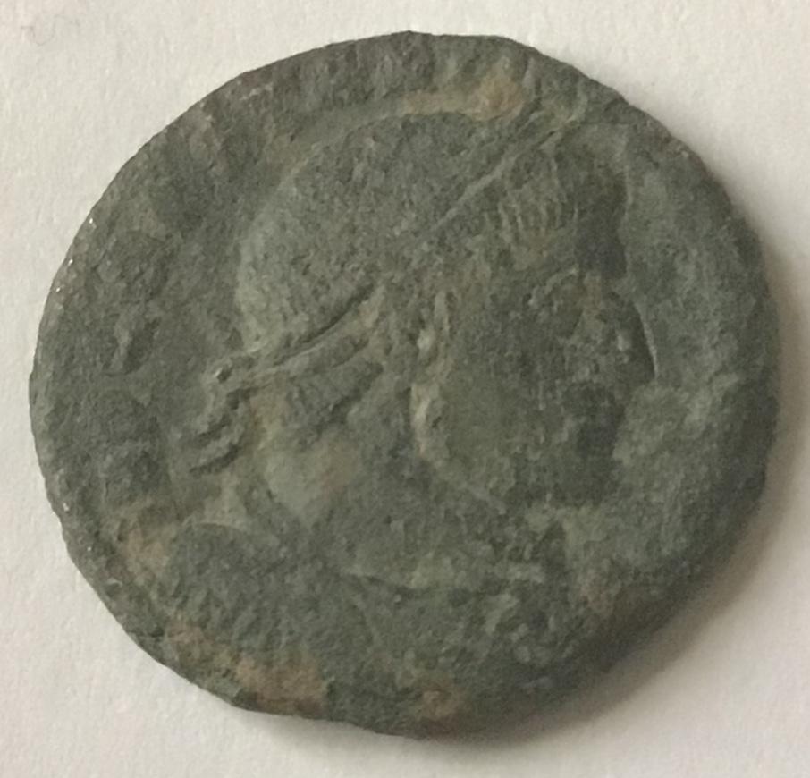 AE3 de Constantino I. SOLI INVICTO COMITI. Sol estante a dcha. y mirando a izq. Dab83d10