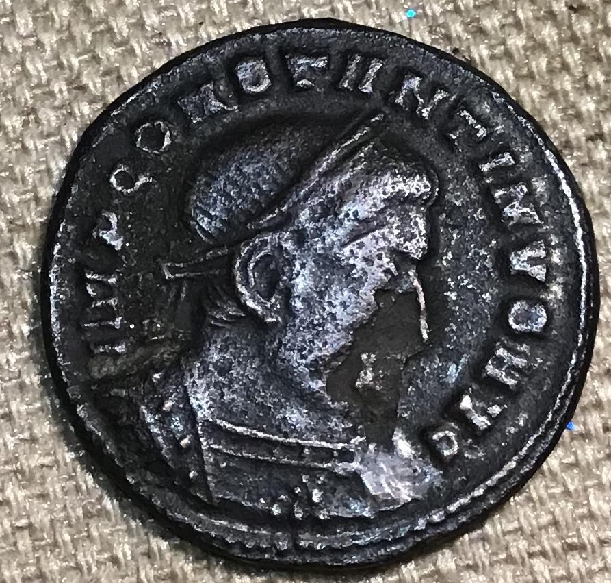 Nummus de Constantino I. SOLI INVIC-TO COMITI. Sol estante a izq. Lugdunum. Dabfea10