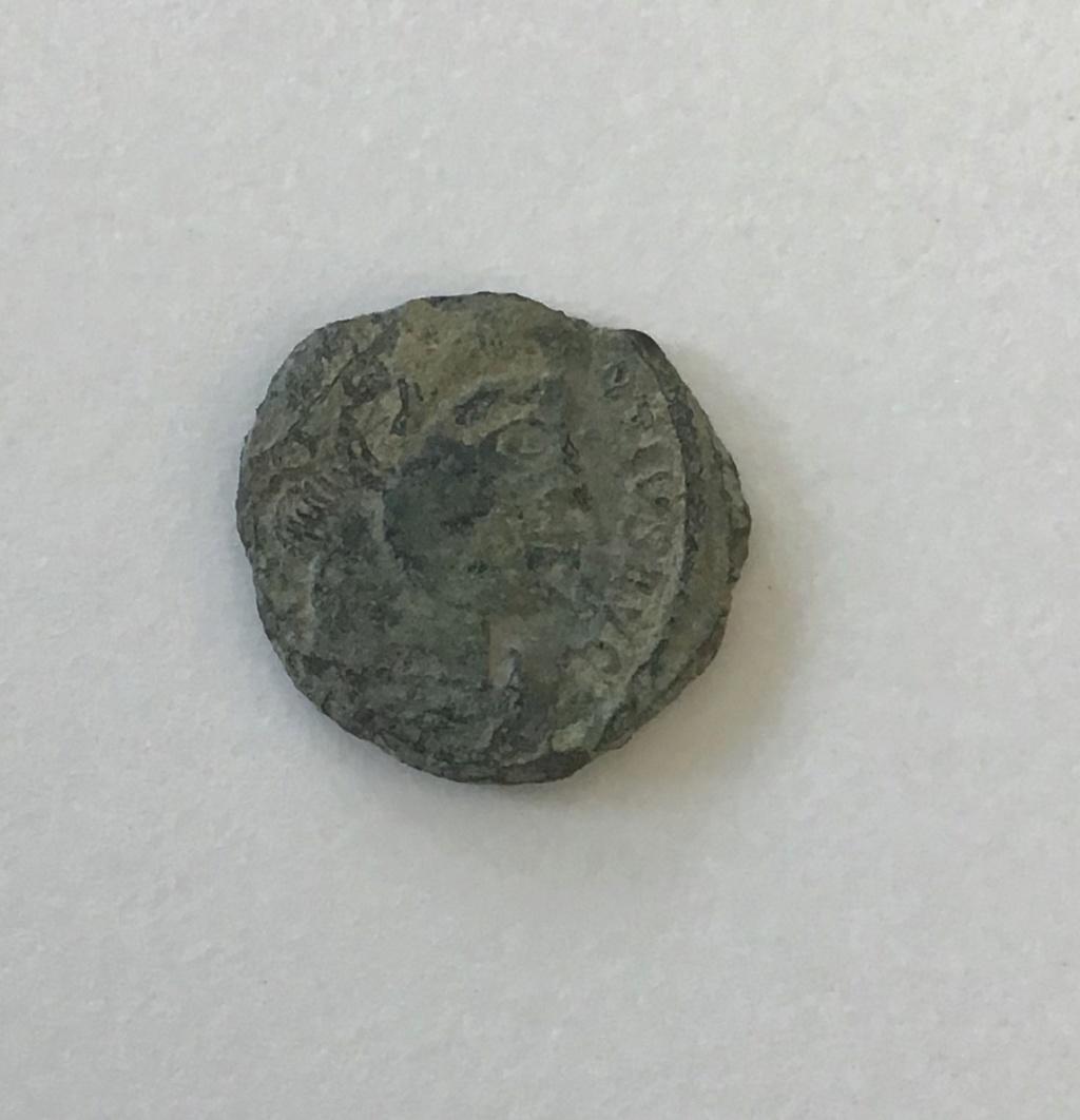 AE4 de Constancio II. GLOR-IA EXERC-ITVS. Un estandarte entre dos soldados. Arles. Db7b7110