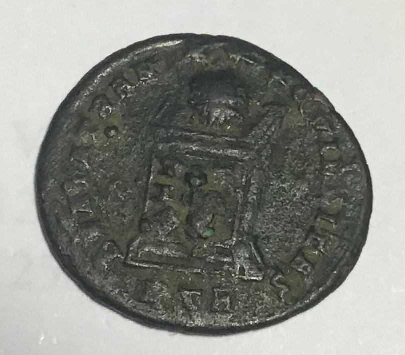 AE3 de Constantino II. BEATA TRAN-QVILLITAS - VOT / IS / XX. Globo sobre altar. Trier. E2359d10