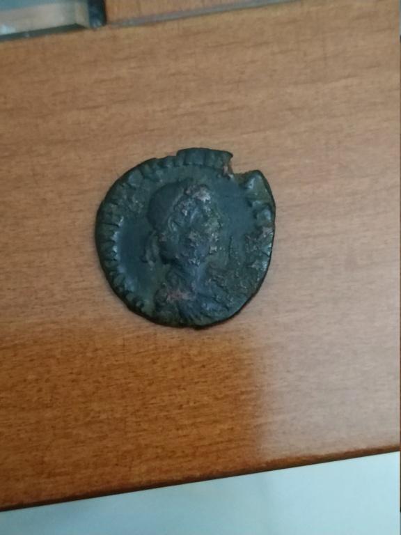 AE2 de Valentiniano II. REPARATIO - REIPVB . Emperador levantando mujer arrodillada. Tesalónica Img_2102