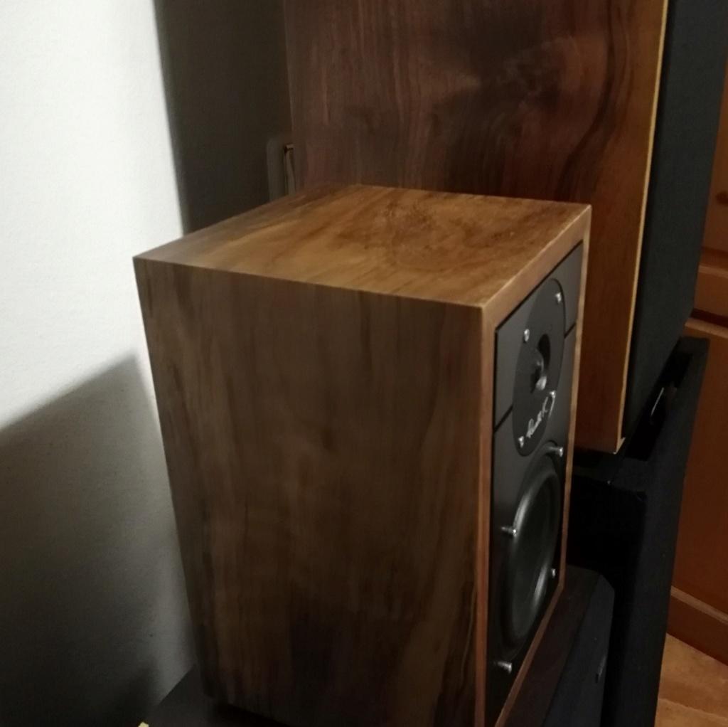Altavoces de suelo Q-Acoustics 3050 con Bass Reflex trasero. Separación de la pared trasera. Russel11