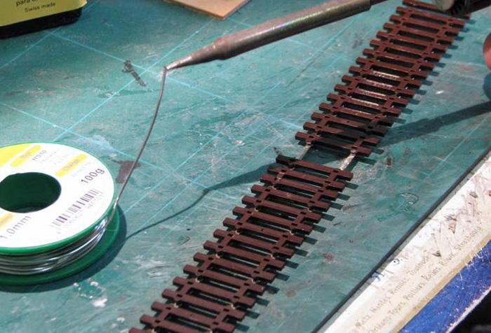 Soudure d'un fil d'alimentation sur un rail Soudur11