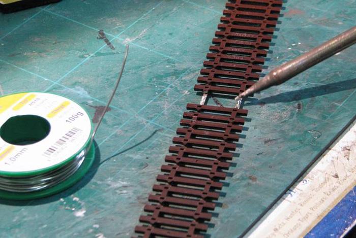 Soudure d'un fil d'alimentation sur un rail Soudur13