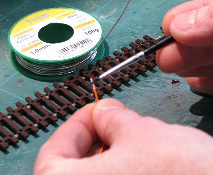 Soudure d'un fil d'alimentation sur un rail Soudur14