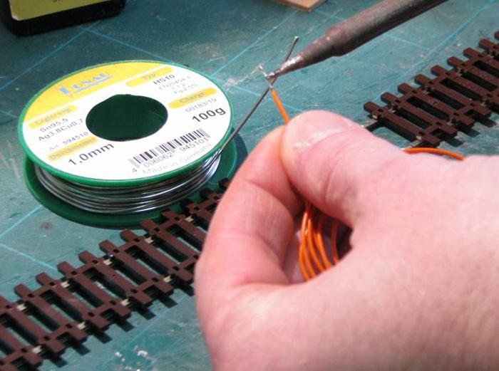Soudure d'un fil d'alimentation sur un rail Soudur16