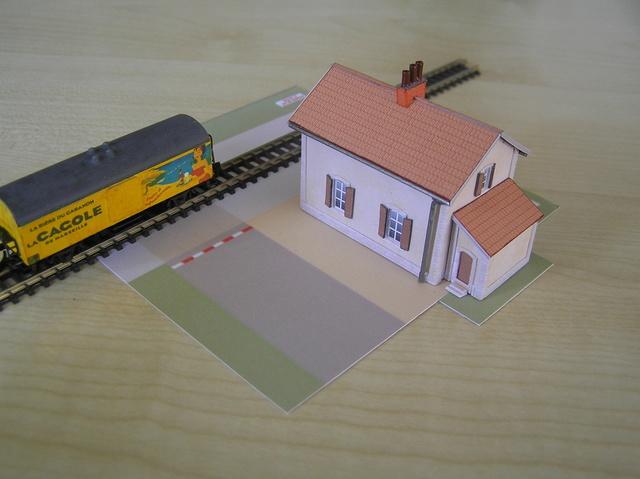Quelques montages papier de batiments. P4250010