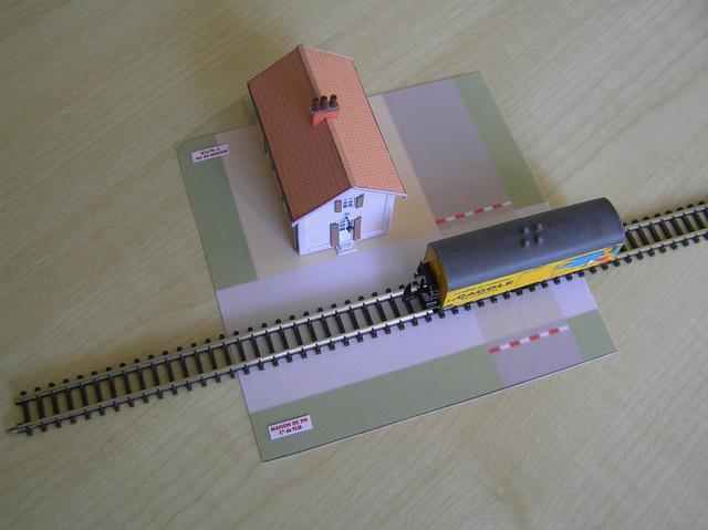 Quelques montages papier de batiments. P4250011