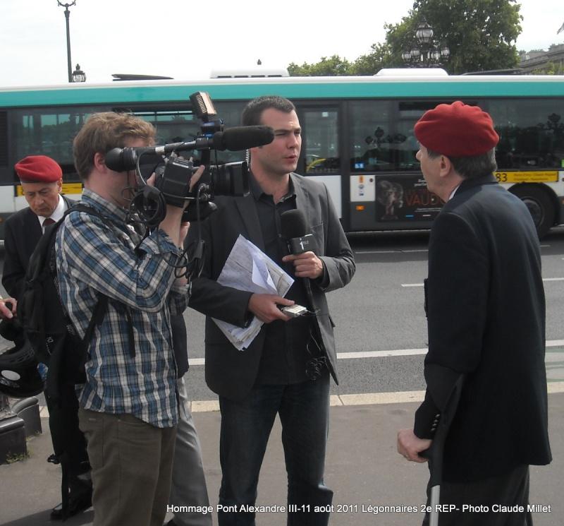 Pont Alexendre III hommage légionnaire 2ème REP 11août 2011 Claude MILLET répond aux journalistes     s Cm_hom10