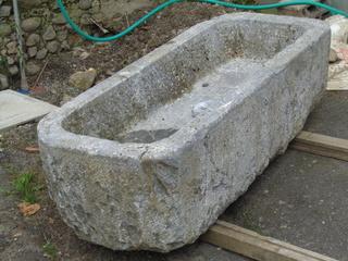 av très belle auge en pierre ... très lourde aussi ! Dsc02113