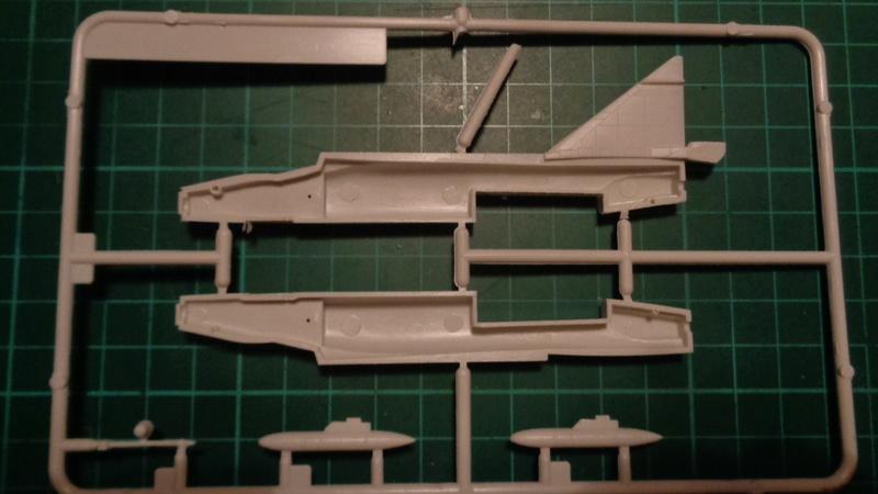 """CONVAIR F 102 A """"DELTA DAGGER"""" 1/144 ARII et Otaki 1/144 Dsc03138"""