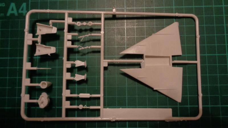 """CONVAIR F 102 A """"DELTA DAGGER"""" 1/144 ARII et Otaki 1/144 Dsc03140"""