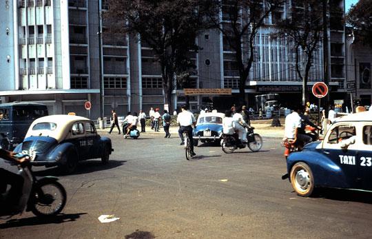 """Renault 4CV """"Taxi de Saigon"""" - Heller - 1/43. Vietna10"""
