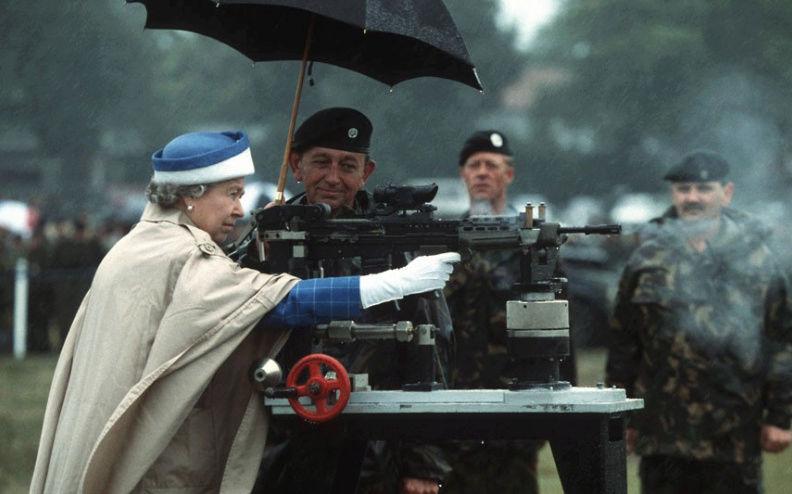 RITUALES SECRETOS PARA LA GUARDIA DE ISABEL II Grenad17