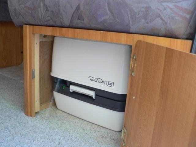 Installation d'un WC chimique P1060010
