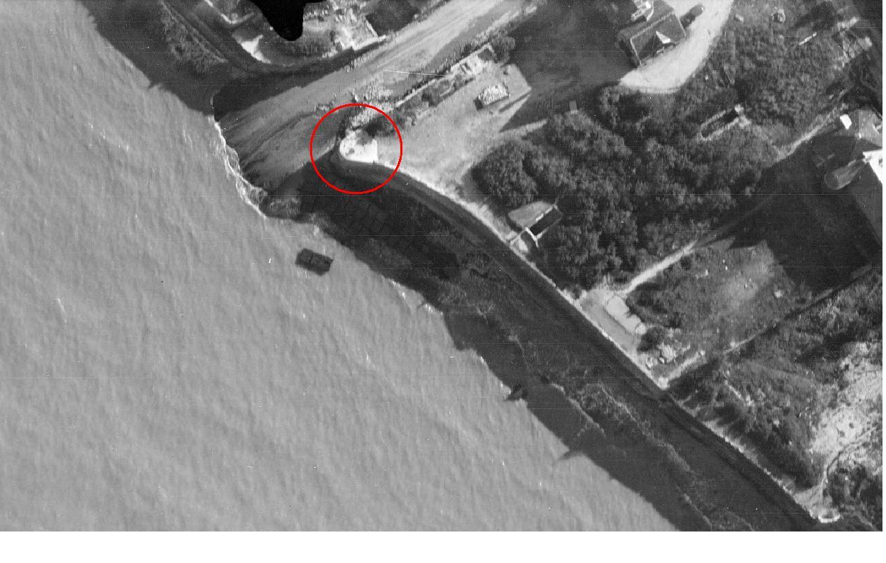 Petit bunker le long d'un mur brise-vague en bord de mer Arroma10