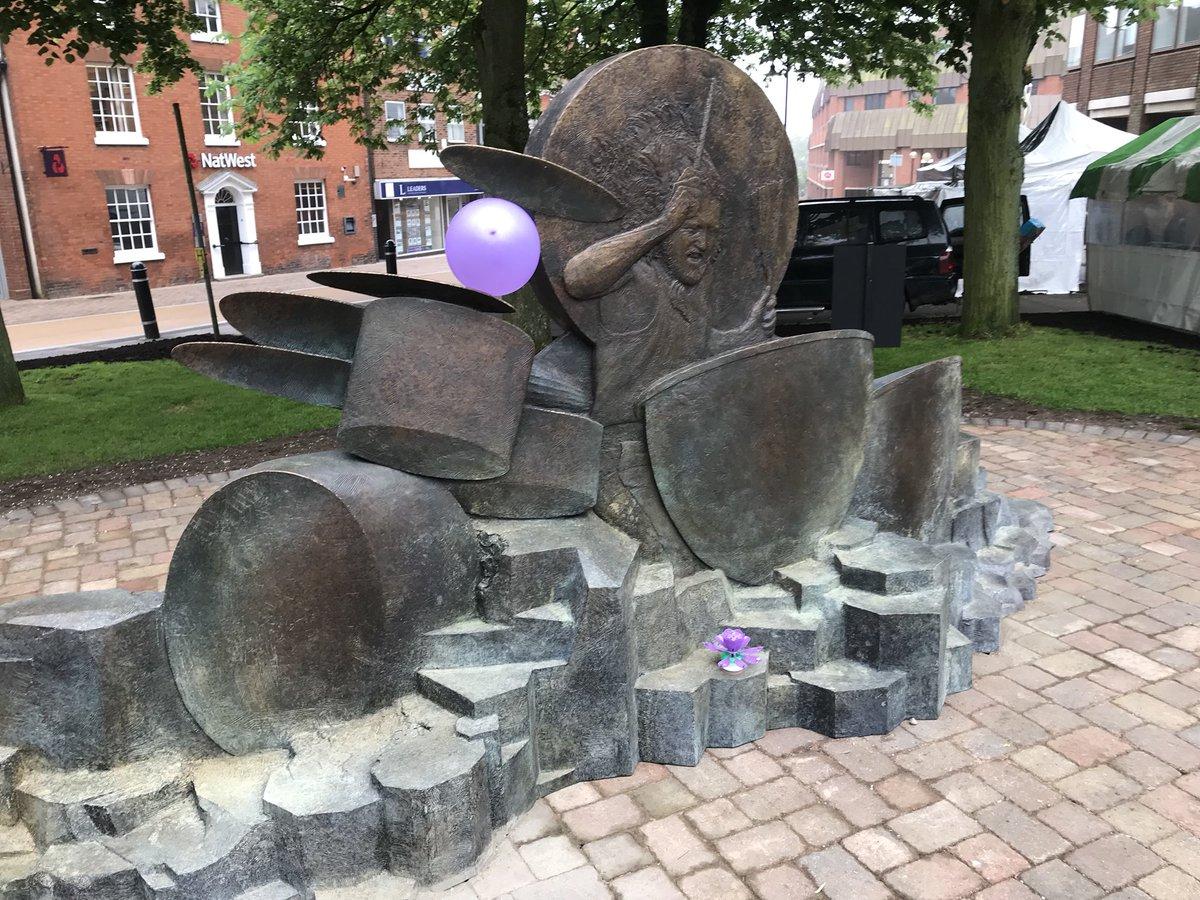 Hommage à JOHN BONHAM (défunt batteur de Led Zeppelin) sous forme de statue ... Degx3h10