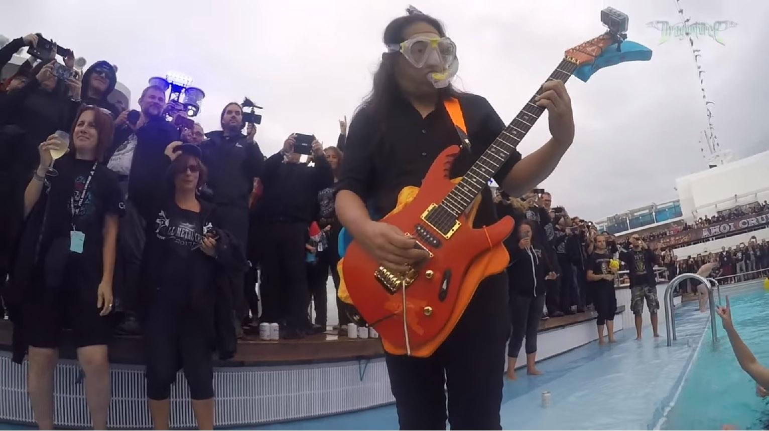 DRAGONFORCE le guitariste Herman Li joue un solo sous l'eau ... Soulo410