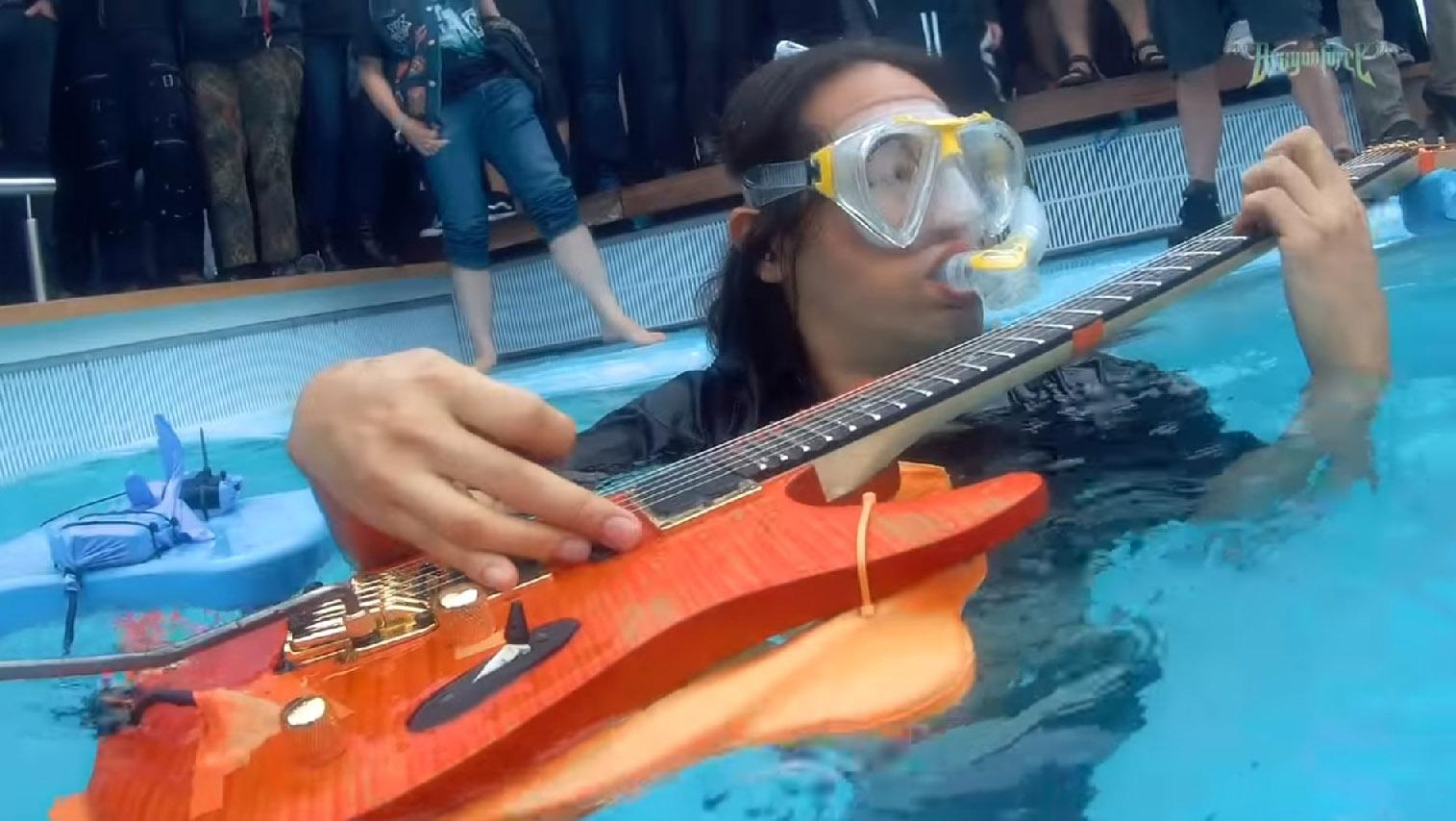 DRAGONFORCE le guitariste Herman Li joue un solo sous l'eau ... Soulo510