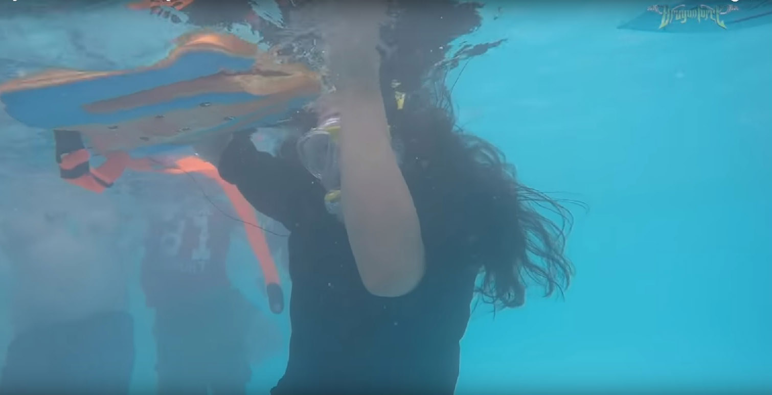 DRAGONFORCE le guitariste Herman Li joue un solo sous l'eau ... Soulo610