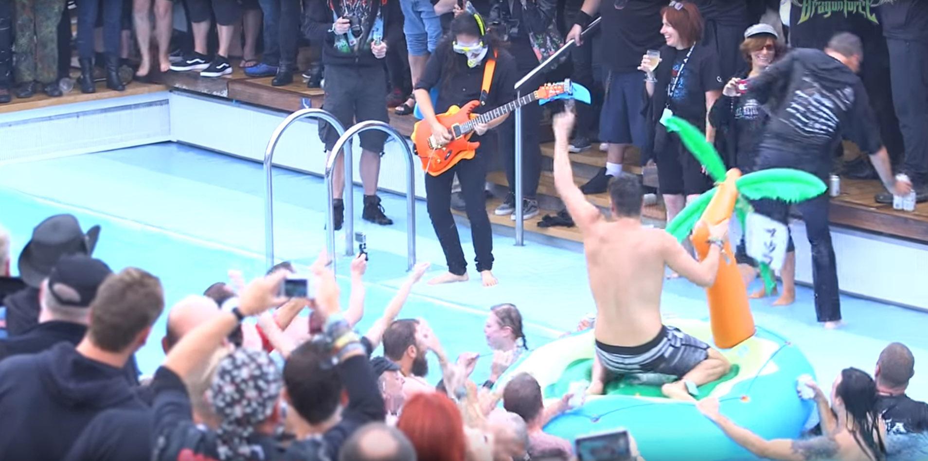 DRAGONFORCE le guitariste Herman Li joue un solo sous l'eau ... Soulo_11