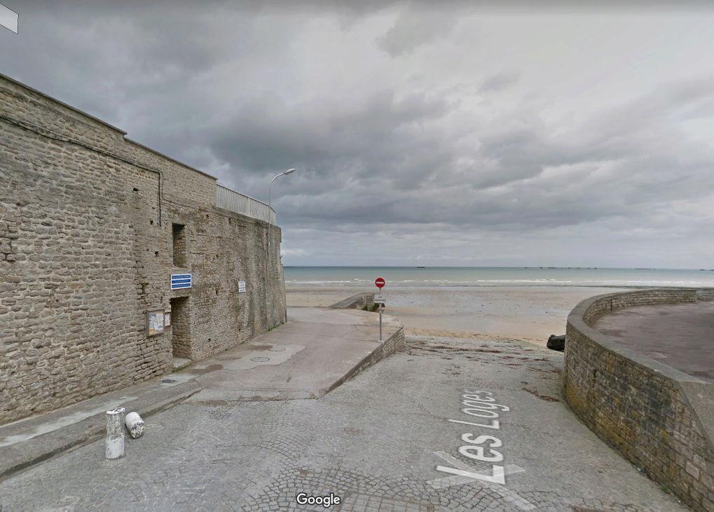 Petit bunker le long d'un mur brise-vague en bord de mer Captur14