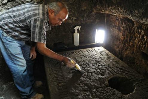 Descubren lápida azteca en la Catedral de la CDMX Arton310
