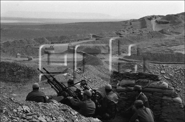 Le conflit armé du sahara marocain - Page 10 1986_110