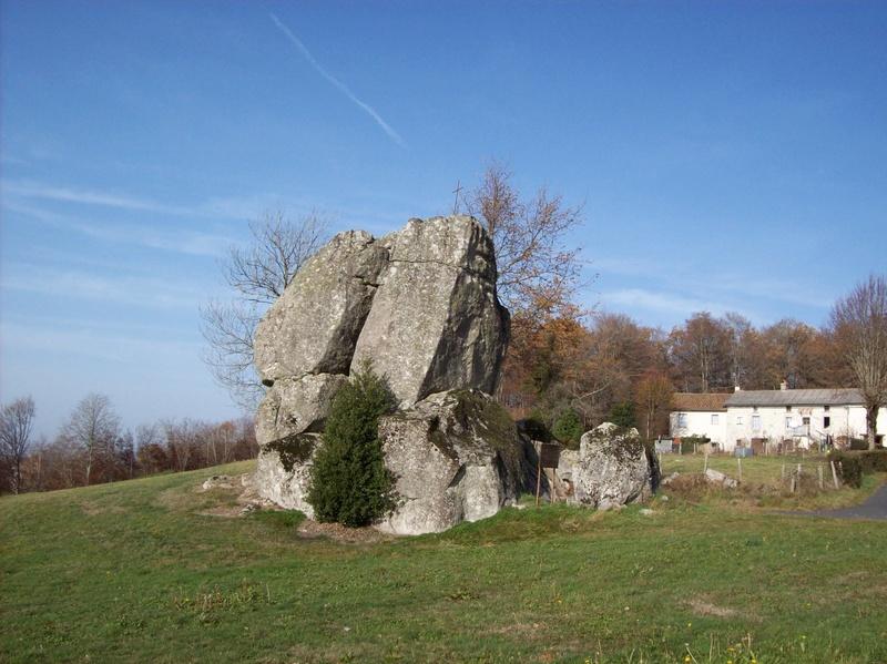 Menhir du roc roti (cantal) Le-roc10