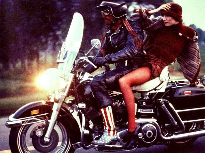 Ils ont posé avec une Harley, uniquement les People Anjeli10