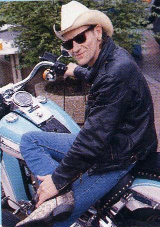 Ils ont posé avec une Harley, principalement les People - Page 38 Russel10