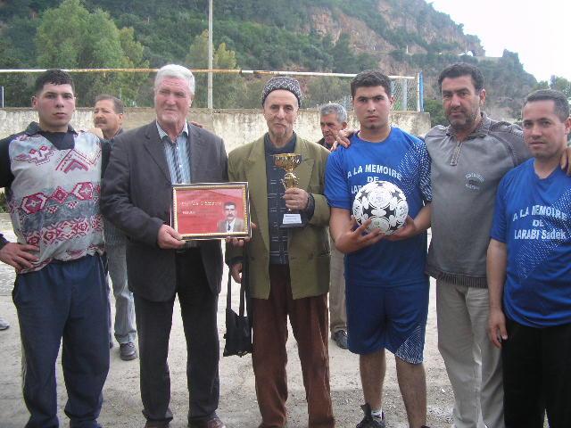 Match Gala à la mémoire de Larabi Sadek (ex-joueur CRBAokas) - Page 4 P1010226
