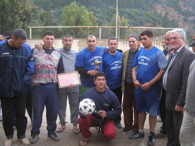 Match Gala à la mémoire de Larabi Sadek (ex-joueur CRBAokas) - Page 4 P1010235