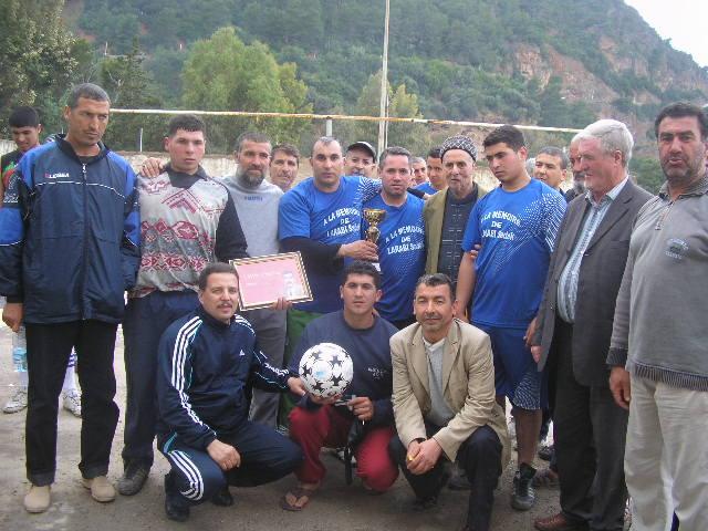 Match Gala à la mémoire de Larabi Sadek (ex-joueur CRBAokas) - Page 4 P1010236