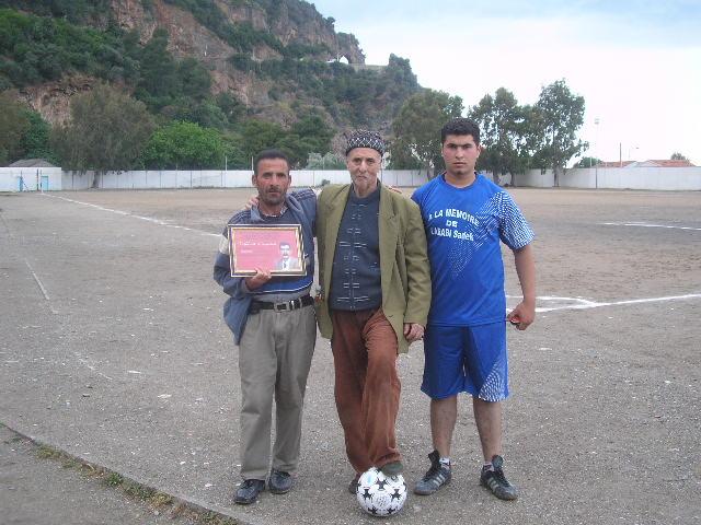 Match Gala à la mémoire de Larabi Sadek (ex-joueur CRBAokas) - Page 5 P1010255