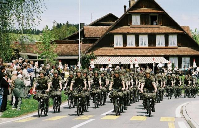 Les vélos militaires suisses - Page 2 Defile10