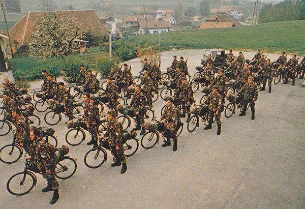 Les vélos militaires suisses - Page 2 Photos10